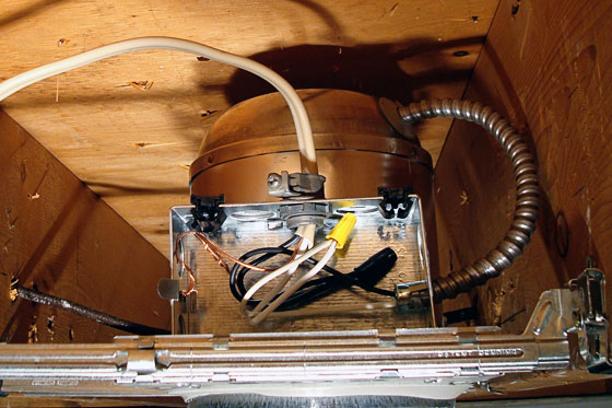 Connected wires in pot light housing