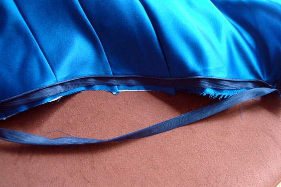 How to insert an invisible zipper and match horizontal seams