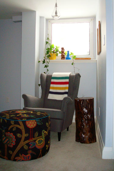 Colourful reading nook with a stump table and Ikea Strandmon
