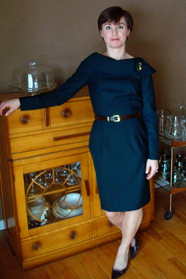 Green wool long sleeved collared dress Vogue 8630