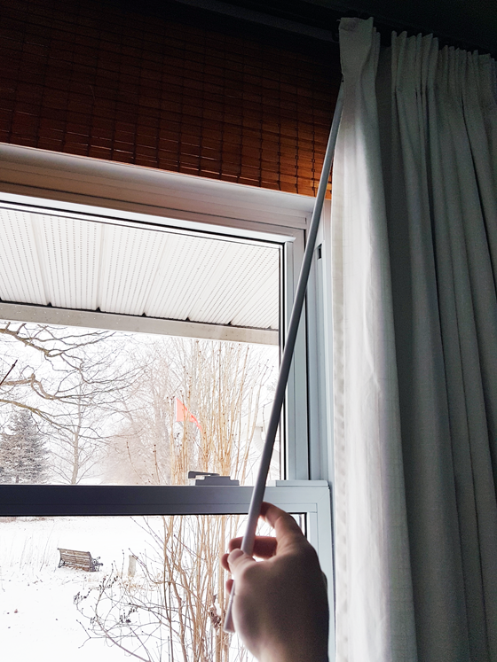 Wand for pulling curtains closed